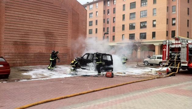 Los bomberos se encargaron de sofocar el incendio del vehículo en Burlada