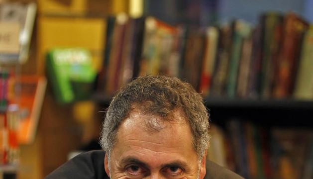 Mikel Alvira presentando su novela 'El mar que te debía'