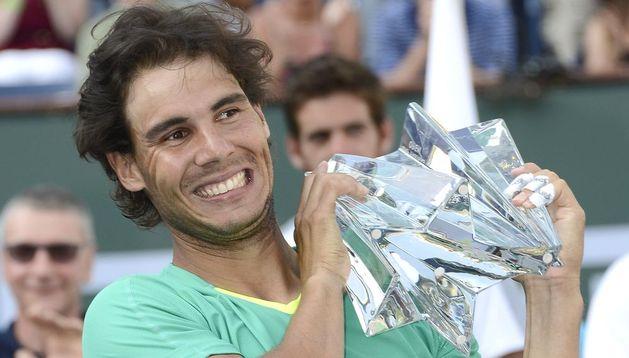Rafa Nadal posa con su trofeo tras ganar la final en Indian Wells