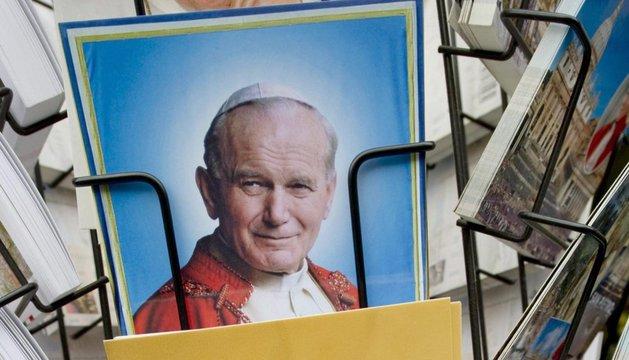 Postales de los últimos pontífices del Vaticano.