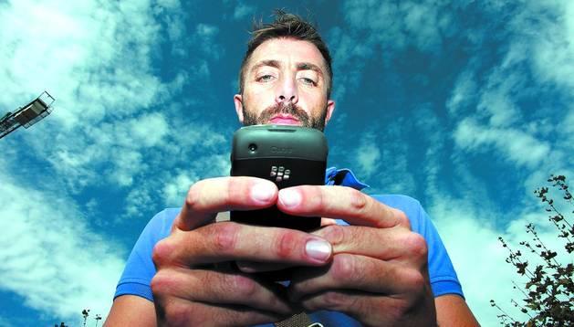 Un joven con un teléfono móvil