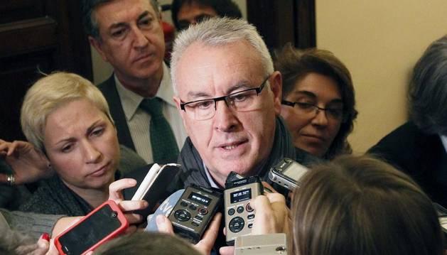 El coordinador general de IU contesta a los periodistas a su salida de la comisión de Secretos Oficiales