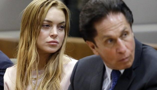 La actriz estadounidense Lindsay Lohan (i) y su abogado Mark Heller (d), durante la vista de su caso en la Corte Suprema de Los Ángeles.