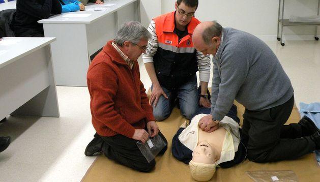 Miembros de Protección Civil imparten un curso de primeros auxilios
