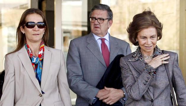 La Infanta Elena junto con la Reina y Carlos GArcía Revenga