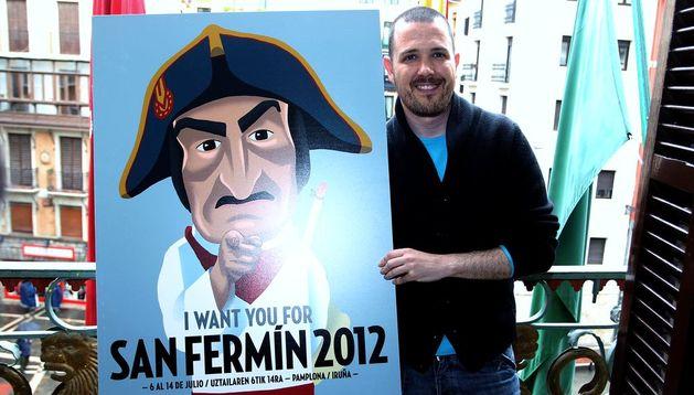 El cartel ganador de 2012 junto a su creador