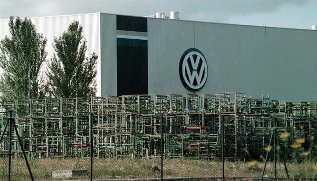 Fachada de la fábrica de Volkswagen en Pamplona
