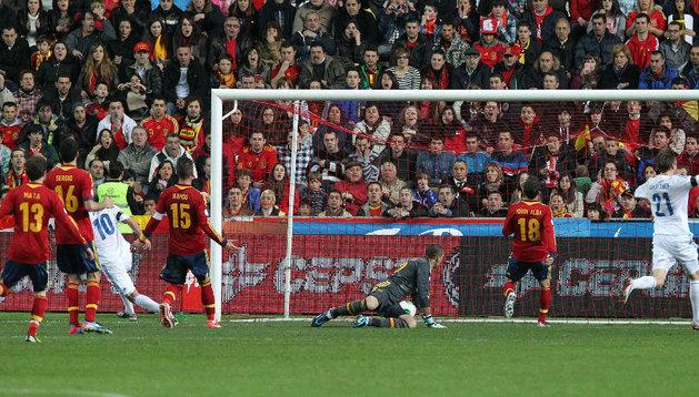 El delantero de la selección de Finlandia, Teemu Pukki (3i), marca su gol ante la selección española, durante el partido de la fase de clasificación para el Mundial 2014