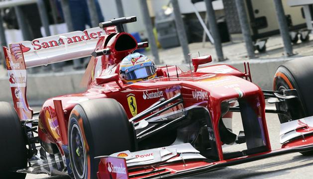 Fernando Alonso, de Ferrari, conduce su monoplaza durante la sesión de entrenamientos.