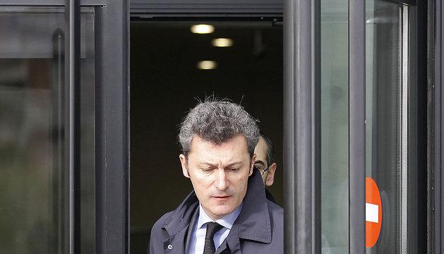 Cervera y su abogado salen del Palacio de Justicia de Navarra.
