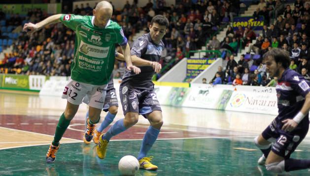 Javi Eseverri, durante el partido de la primera vuelta entre Triman Navarra y Santiago Futsal