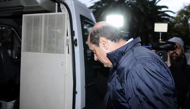 Antonio Albarraccín sube al coche policial que le ha trasladado a prisión.