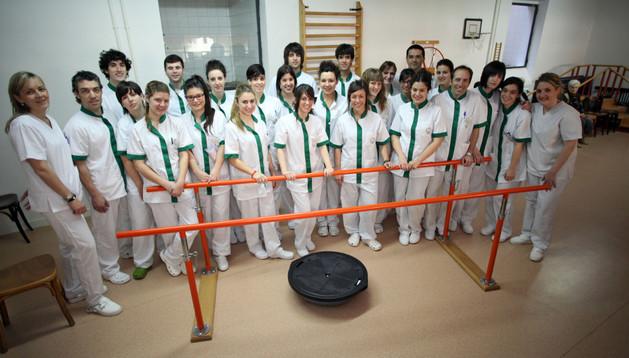 Los alumnos que ayer realizaron sus prácticas en la residencia, entre Ana Beatriz Bays y Urxua Aldaz Garnica