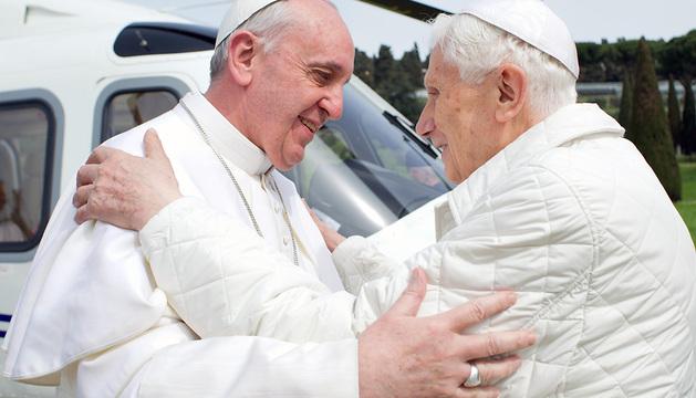 El papa Francisco y Benedicto XVI se abrazan en el helipuerto de Castel Gandolfo
