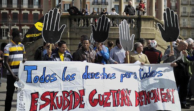 La manifestación, encabezada por la pancarta con el lema