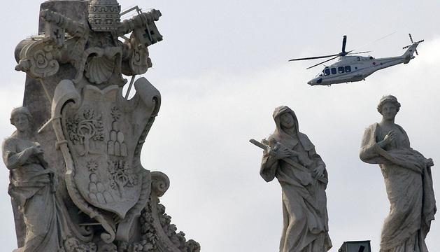 El helicóptero del papa Francisco sobrevuela el Vaticano en dirección a Castel Gandolfo