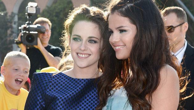 Selena Gómez y Kristen  Stewart, en los Kids Choice.