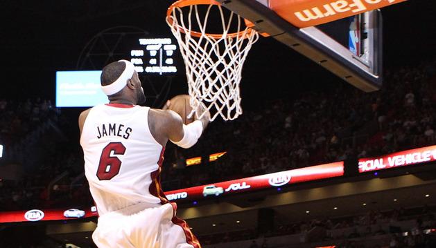 Lebron James se dispone a machacar de espaldas en el partido disputado en el American Airlines de Miami