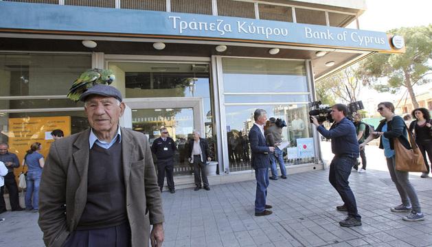 Chipriotas aguardan la apertura de una sucursal del Banco de Chipre.