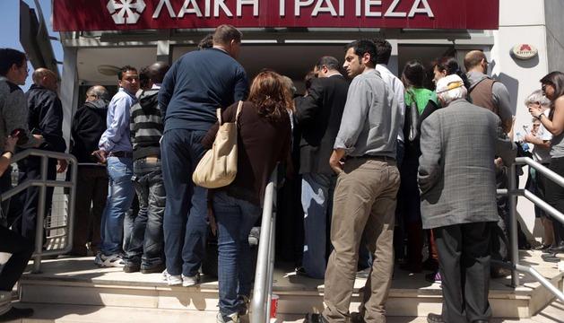 Ciudadanos chipriotas, ante las puertas de Laiki Bank este jueves