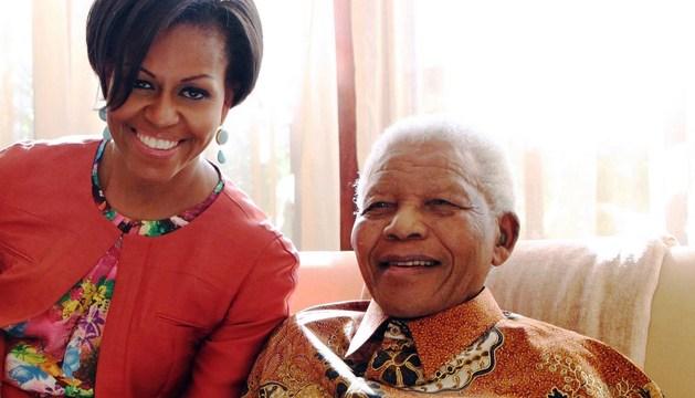 Nelson Mandela, junto a la primera dama de EE UU, Michelle Obama, en junio de 2011