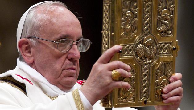 El papa Francisco sostiene la Biblia en el inicio de la Vigilia Pascual