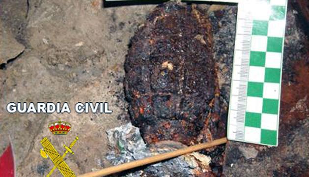 Grandada de la Guerra Civil hallada en una sima de Urbasa
