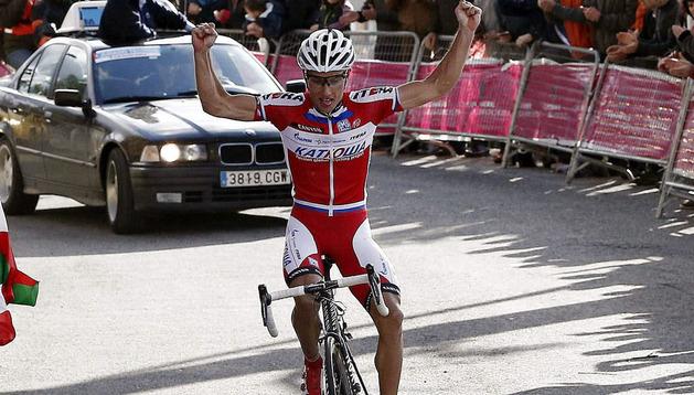 Simon Spilak celebra su victoria en El Puy