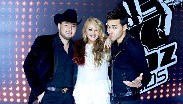 Paulina Rubio (c), Prince Royce (d) y Roberto Tapia (i), quienes comenzaron a grabar