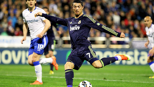 Cristiano Ronaldo arma la zurda para disparar ante Sapunaru