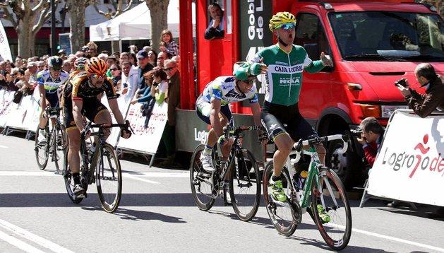 El corredor italiano del Caja Rural Francesco Lasca (d) se impone en la Vuelta Ciclista a La Rioja, en un circuito de 158 kilómetros con salida y llegada en Logroño