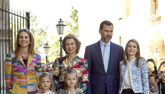 La reina, los príncipes y la infanta Elena asisten a la misa de Pascua de Palma