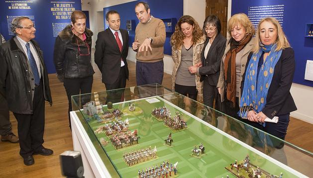 El consejero de Cultura, Juan Luis Sánchez de Muniáin, y el resto de autoridades escuchan las explicaciones de Luis Esteban, comisario de la muestra