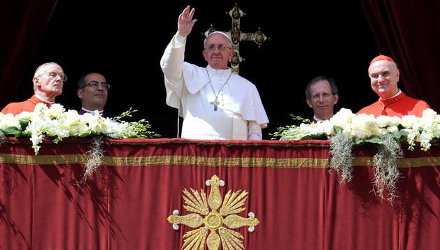 El Papa saluda a los fieles congregados en la Plaza de San Pedro del Vaticano.