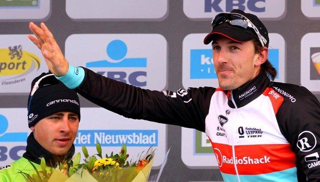 Cancellara, primero en el Tour de Flandes, saluda al público ante Sagan, segundo en la carrera