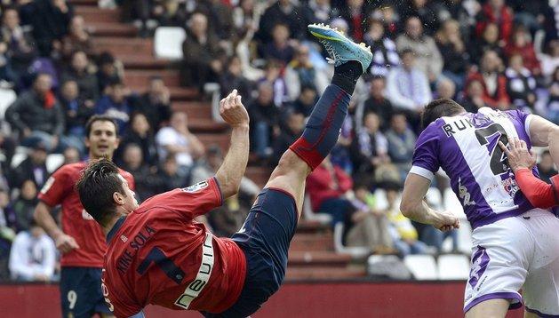 Kike Sola intenta una chilena durante el partido ante el Valladolid. El delantero navarro fue el autor de dos goles de cabeza en este partido