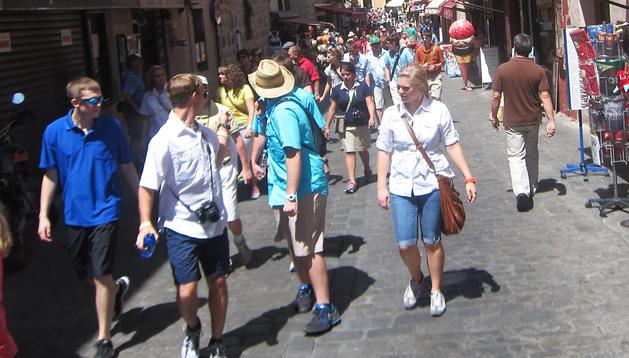 Un grupo de turistas pasean por las céntricas calles de Toledo durante el pasado verano