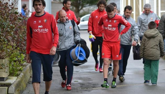 Arribas (izda), que tuvo que ser sustituido en el partido ante el Valladolid, se encontraba este lunes bien y se ha entrenado con normalidad