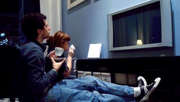Dos jóvenes viendo la tele