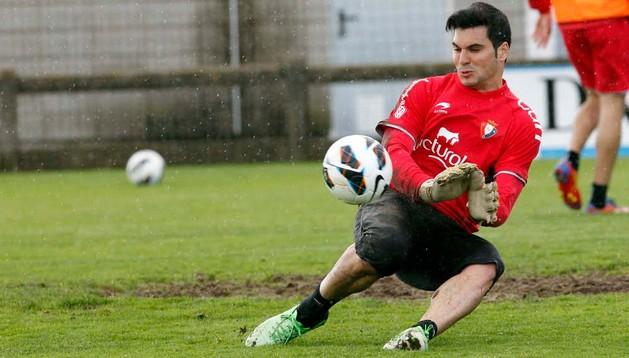 Andrés Fernández realiza una parada durante un entrenamiento en Tajonar