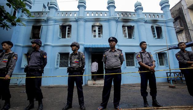 La Policía acordona la mezquita en la que han fallecido 13 personas, entre ellas varios niños.