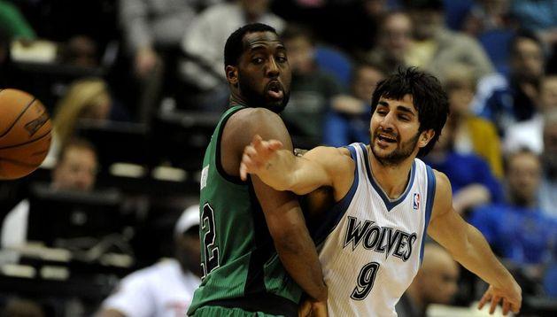 l jugador de los Timberwolves de Minesota, el español, Ricky Rubio (d), disputa la bola con Jason Terry (i) de los Celtics de Boston