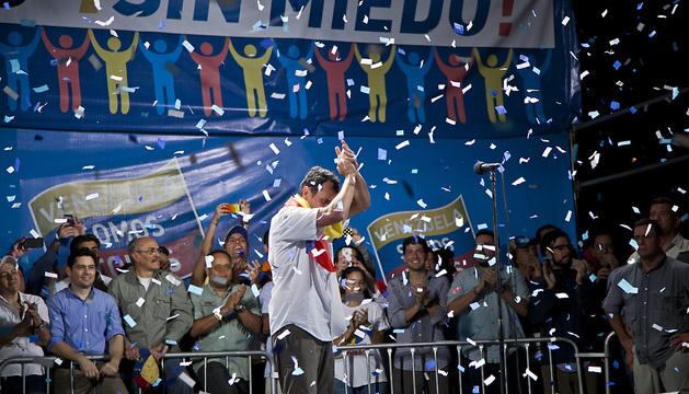 El candidato a la presidencia de Venezuela, Henrique Capriles, saluda a cientos de seguidores durante un marcha nocturna.