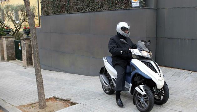 El abogado de Urdangarin llega en moto al domicilio de la Infanta Cristina en Barcelona