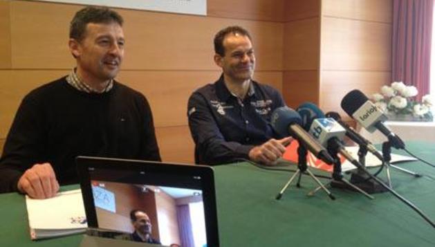Titín III, junto a Inaxio Errandonea, en la rueda de prensa que ha convocado el pelotari riojano en Eibar