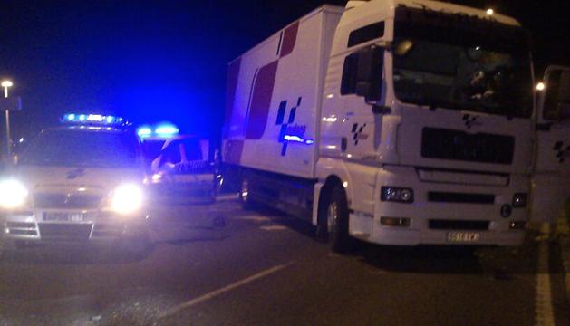 Imagen del camión, implicado en el atropello, ocupando el carril de la cuesta de Beloso, dirección Pamplona.