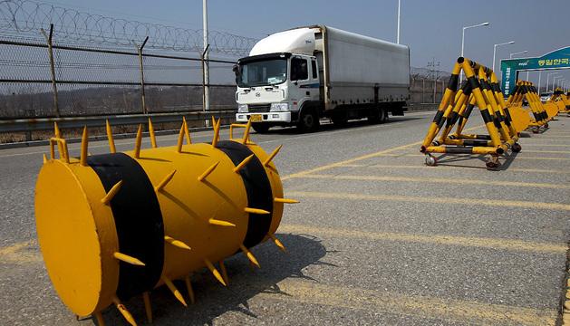 Vehículos con trabajadores del complejo industrial Kaesong regresan a la oficina de tránsito en la Línea de Demarcación Militar.