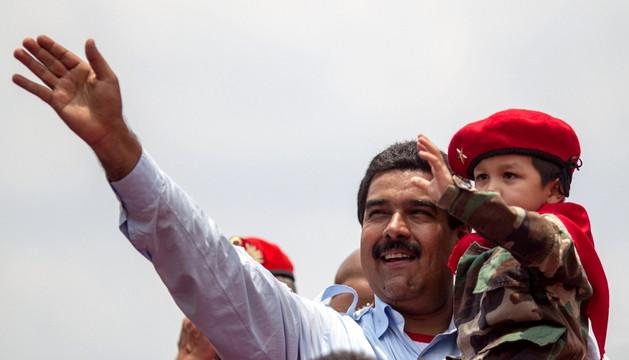 Nicolás Maduro saludo a los asistentes al mitin que tuvo lugar en el pueblo natal de Chávez.