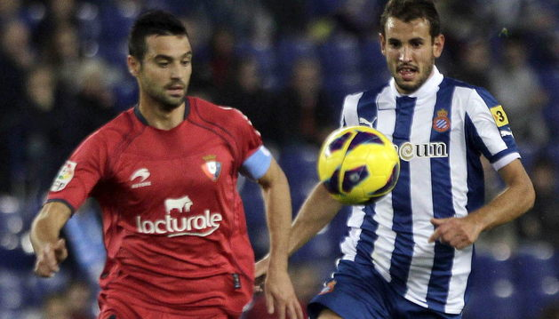 Miguel Flaño y Stuani, durante el partido de la primera vuelta, donde Mendilibar salvó su puesto tras la victoria de Osasuna por 0-3