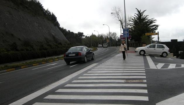 El paso de peatones del camino que da acceso al Hotel Muga de Beloso, donde tuvo lugar el atropello